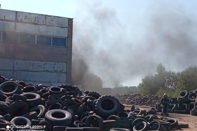 Įmonėje degė ne padangų atliekos, o gamybos produkcija – gumos granulės.<br>Aplinkos apsaugos departamento nuotr.