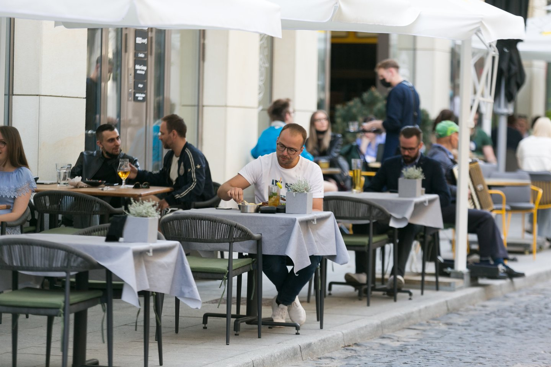 Pusę metų dirbę nuostolingai restoranų verslininkai pagaliau gali trinti rankomis – liepa turėtų būti pelninga.<br>T.Bauro nuotr.