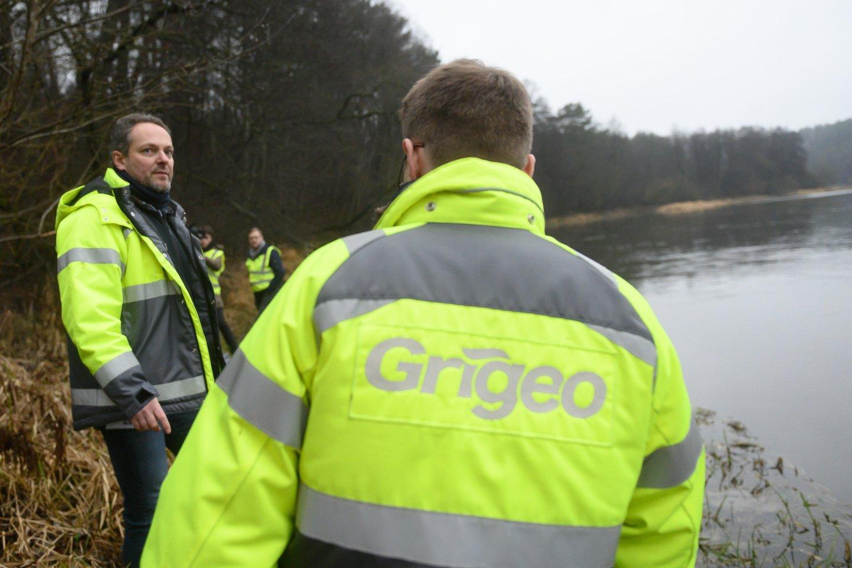"""Simonas Gentvilas ir Aplinkos ministerijos pavaldžių įstaigų vadovai susitiko su AB """"Grigeo"""" ir AB """"Grigeo Klaipėda"""" atstovais, su kuriais aptarė praeitą savaitę įvykusią gamybinių nuotekų avariją.<br>V.Skaraičio nuotr."""