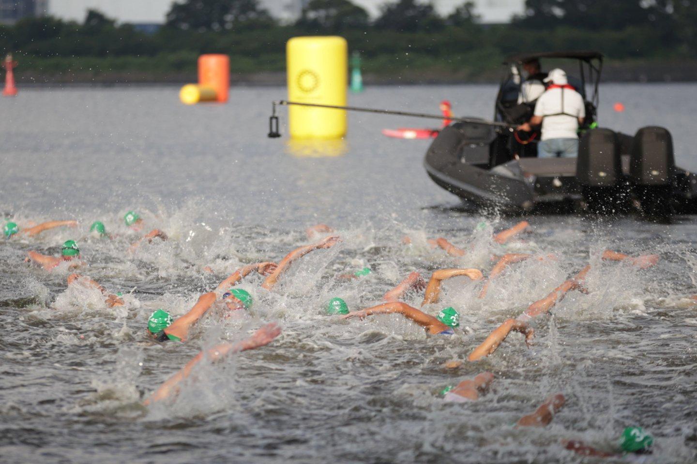 Triatlono kovos Tokijuje prasidėjo nuo incidento.<br>AFP/Scanpix.com nuotr.