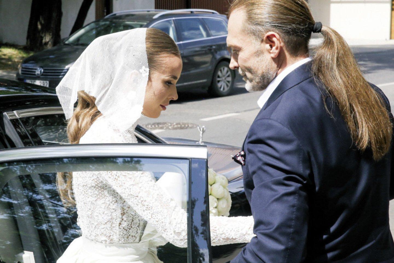"""Nuotaka į santuokos vietą atvyko automobiliu """"Rolls-Royce"""". Ją pasitiko tėvas Petras. Jaunikį atvežė visureigis """"Range Rover"""".<br>R.Danisevičiaus nuotr."""
