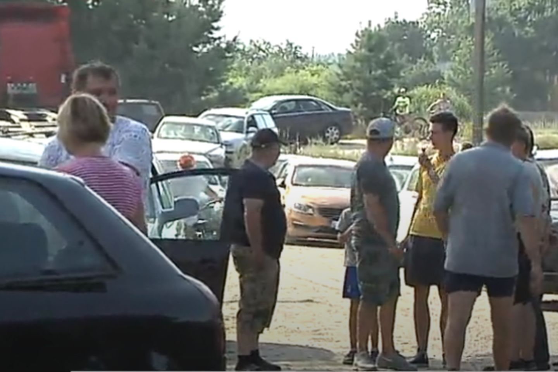 Policijos pareigūnai jėga patraukė žmones nuo kelio prie Rūdninkų poligono, kur jie blokavo važiuojamąją dalį, protestuodami prieš neteisėtų migrantų apgyvendinimą šioje Šalčininkų rajono teritorijoje.<br>Stop kadras