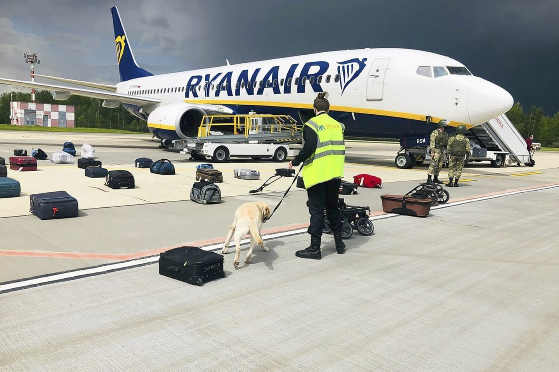 """Priverstinai nutupdytame """"Ryanair"""" laineryje buvo opozicijos aktyvistas Ramanas Pratasevičius – jis lėktuvui nutūpus Minske buvo areštuotas.<br>AP/Scanpix nuotr."""