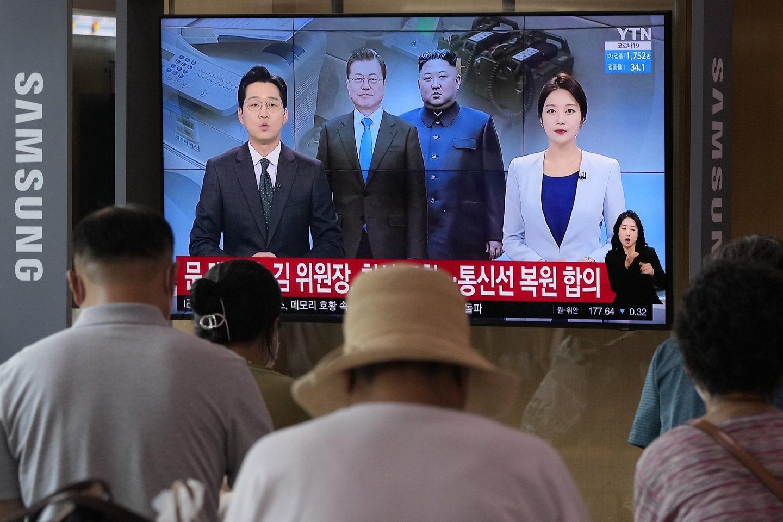 Šiaurės Korėjos lyderis Kim Jong Unas (trečias iš kairės) ir Pietų Korėjos prezidentas Moon Jae-inas (antras iš kairės) paskelbė netikėtą santykių atšilimą.<br>AP/Scanpix nuotr.