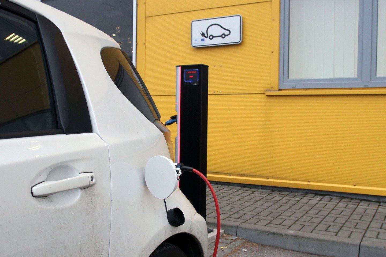 Tik skatinti įsigyti elektromobilius neužtenka, pirmiausia reikia pagerinti infrastruktūrą.<br>M.Patašiaus nuotr.