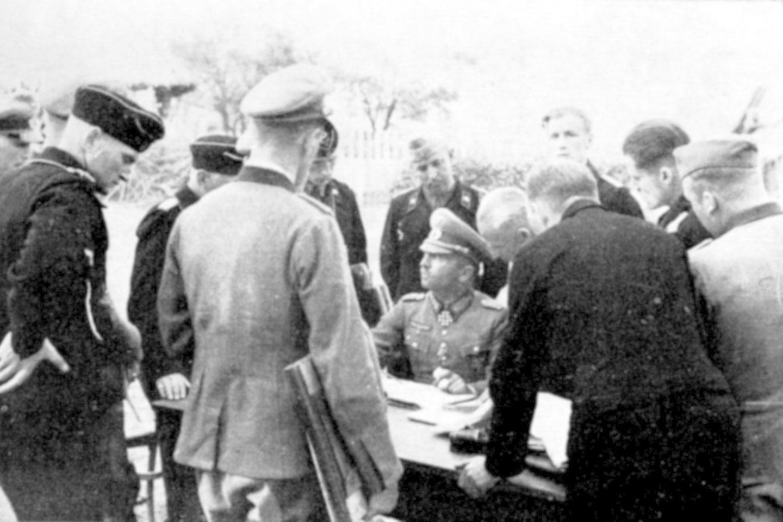 Generolas majoras F. Landgrafas 11-ojo tankų pulko vadavietėje prie Dubysos.<br>Leidėjų nuotr.