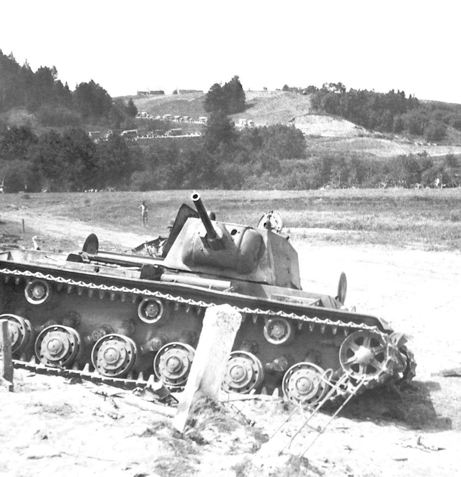 Raseinių apylinkėse pamuštas sovietų tankas KV-1. 1941 m. birželis.<br>Leidėjų nuotr.
