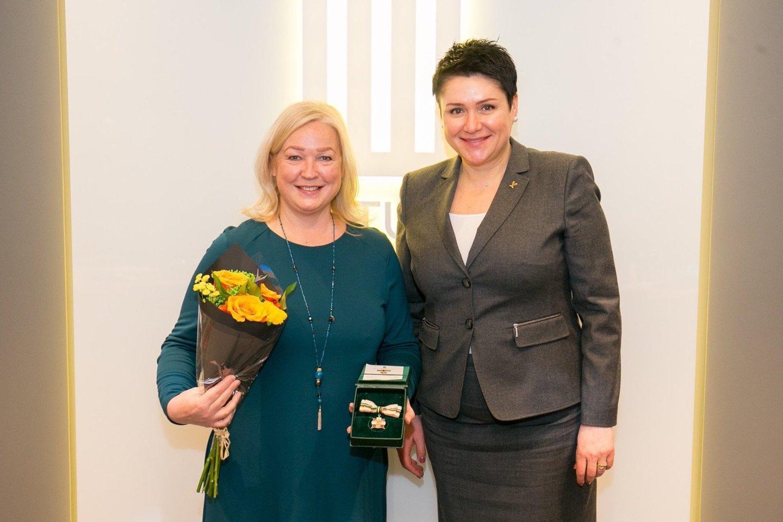 Plaukimo trenerė R.Mažutaitienė ir LTOK prezidentė D.Gudzinevičiūtė.<br>LTOK nuotr.