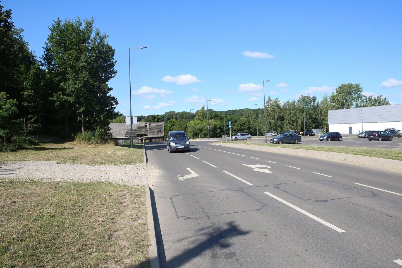 Geležinkelio gatvę sujungti su planuojama tiesti gatve trukdo senas sandėlis.<br>M.Patašiaus nuotr.