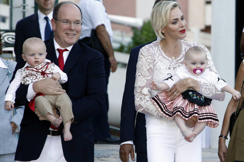 Albert'as II ir Charlene su sūnumi Jacques'u ir dukra Gabriella.<br>AFP/Scanpix nuotr.