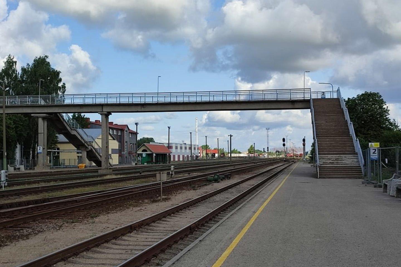 Nuo liepos 26 d. radviliškiečiai, gyvenantys už geležinkelio, patekti į miestą ar į namus galės tik per pėsčiųjų tiltą arba per Basanavičiaus gatvės pervažą.<br>www.radviliskiokrastas.lt nuotr.