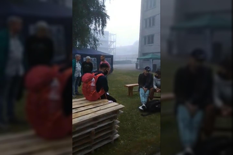 Į Dieveniškes apie 5 val. rytotiesiai iš pasienio atėjoketuri ką tik nelegaliai Lietuvos sieną kirtę migrantai.<br>Stop kadras