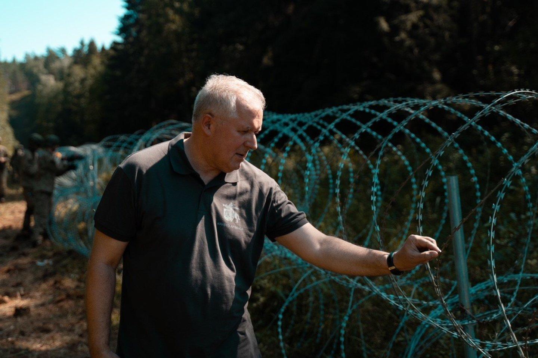 A. Anušauskas neatskleidė, kiek šiuo metu tiksliai karių padeda pasieniečiams užtikrinti sienos apsaugą.