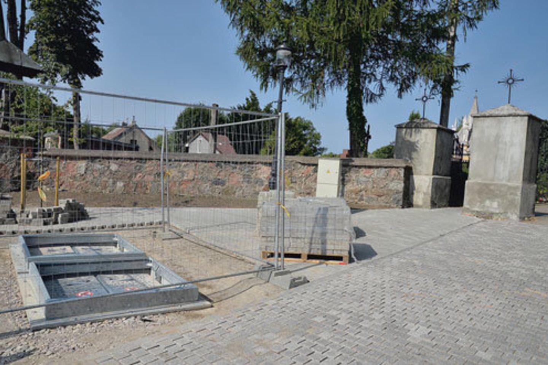 Požeminiai konteineriai miesto centre, prie senųjų kapinių, dygsta šaligatvio viduryje.<br>pajurionaujienos.com nuotr.