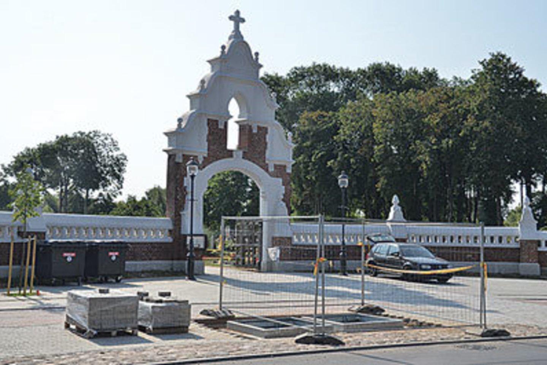 Nauji konteineriai bus įrengti ir kitoje kapinių pusėje.<br>pajurionaujienos.com nuotr.