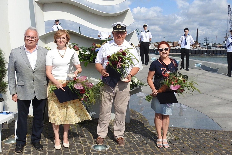 """Laureatai apdovanoti """"Albatroso"""" skulptūrėlėmis už reikšmingą veiklą jūrų kultūros srityje.<br>G.Pilaičio nuotr."""