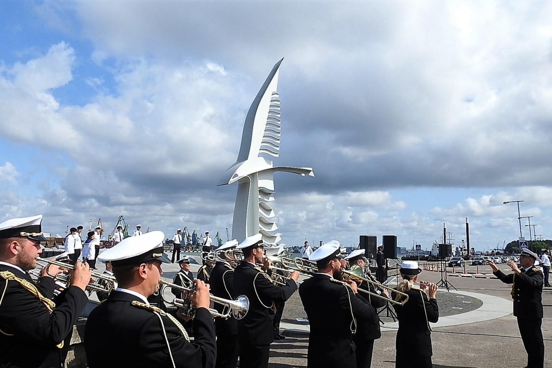 """Iškilmės prie paminklo išplaukusiems ir negrįžusiems jūrininkams """"Albatrosas"""".<br>G.Pilaičio nuotr."""