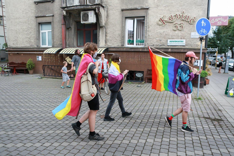 LGBT rėmėjai susirinko prie teismo rūmų.<br>G.Bitvinsko nuotr.