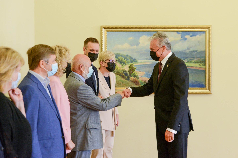 Prezidentas Gitanas Nausėda su premjere Ingrida Šimonyte bei parlamentinių partijų lyderiais ketvirtadienį susitiko aptarti migracijos krizės valdymą bei užsienio politikos principus.<br>R.Dačkaus nuotr.