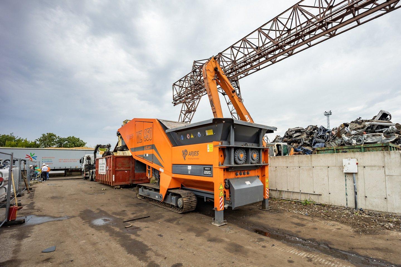 Artimiausiu metu metalo laužuose bus sunaikinti 66 automobiliai, kuriuos teismas pripažino bešeimininkiais ir perdavė savivaldybės žinion.<br>S.Žiūros nuotr.