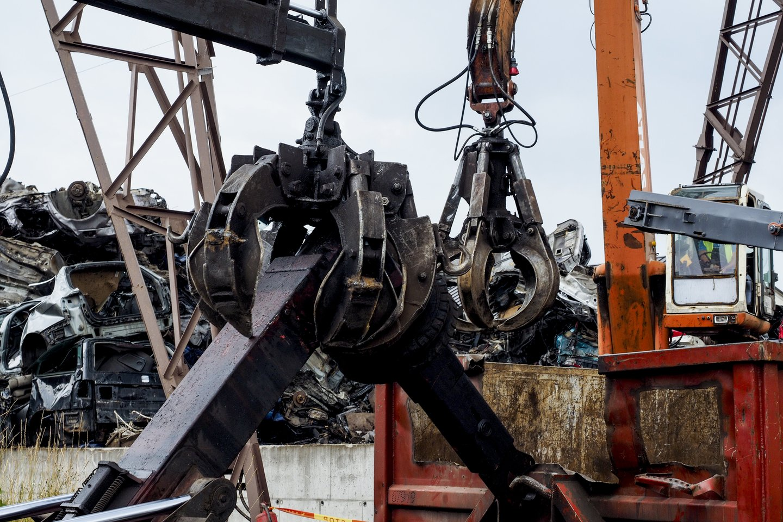 Artimiausiu metu metalo laužuose bus sunaikinti 66 automobiliai, kuriuos teismas pripažino bešeimininkiais ir perdavė savivaldybės žinion.<br>V.Ščiavinsko nuotr.