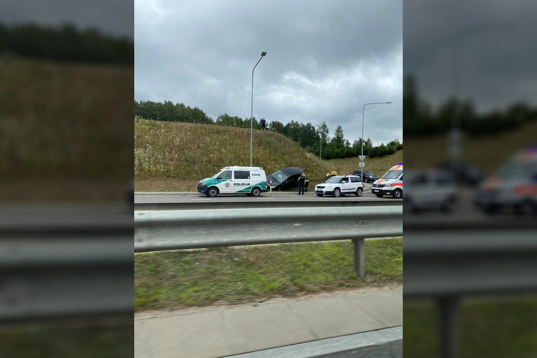 Vilniuje pranešta apie apvirtusį automobilį.<br>Facebook/Edgar U. nuotr.
