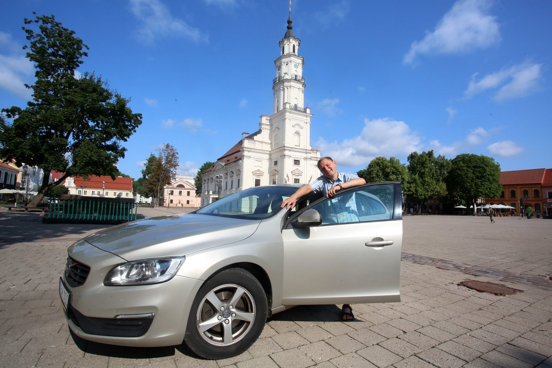 """""""Bėda, kai automobilyje prasta akustika"""", – juokėsi operos solistas L.Mikalauskas<br>M.Patašiaus nuotr."""