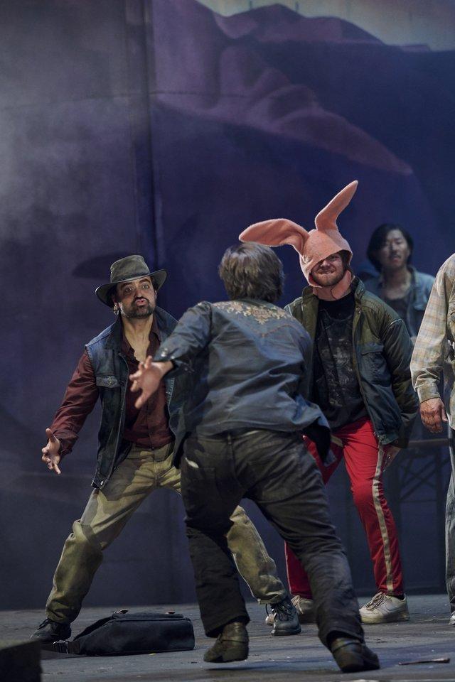 Berlyno operos spektaklyje Žilvinui Miškiniui (centre) teko daugiau vaidinti negu dainuoti.<br>Berlyno valstybinės operos nuotr.