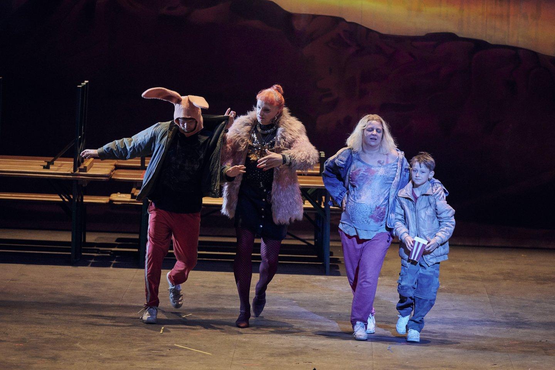 Berlyno operos spektaklyje Žilvinui Miškiniui (pirmas iš kairės) teko daugiau vaidinti negu dainuoti.<br>Berlyno valstybinės operos nuotr.