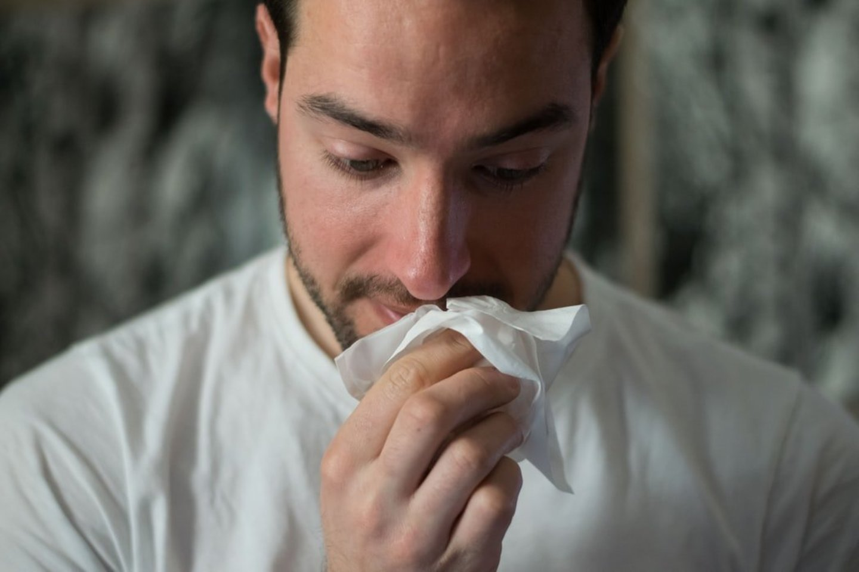 Vaistininkai įspėja, kad COVID-19 delta atmainos simptomus lengva supainioti su paprasčiausiu peršalimu.<br>Unsplash nuotr.