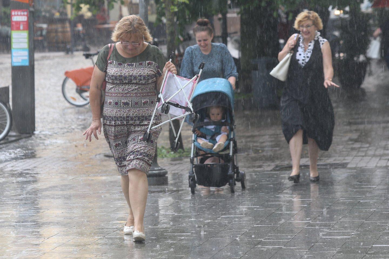Sinoptikai turi liūdnų žinių poilsiaujantiems: savaitgalį lydės lietus ir vėjas.<br>R.Danisevičiaus nuotr.