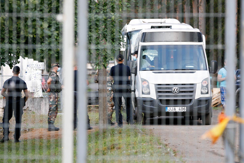 Į stovyklą Rūdninkų poligone atvežti pirmieji migrantai.<br>T.Bauro nuotr.