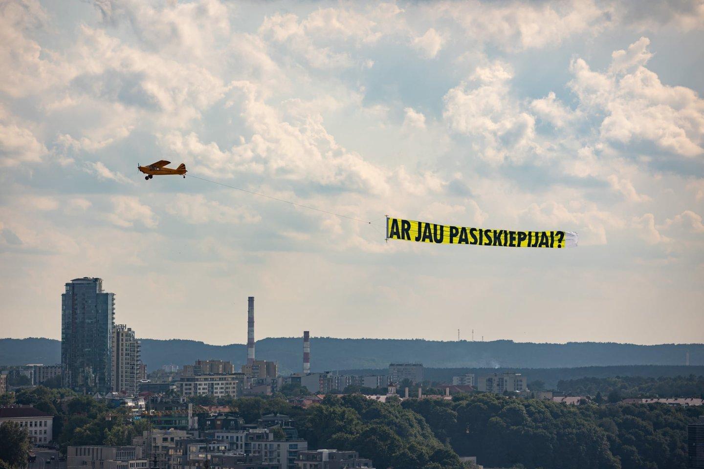 """Ketvirtadienį miesto gyventojai ir svečiai pastebėjo virš miesto skraidantį lėktuvą su užrašu """"Ar jau pasiskiepijai?"""".<br>Vilniaus miesto savivaldybės nuotr."""