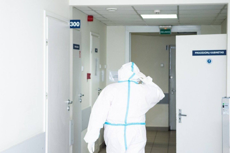 Įamžino su koronavirusu kovojančių medikų kasdienybę. Panevėžio ligoninės COVID-19 skyrius.<br>R.Ančerevičiaus/jp.lt