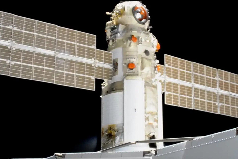 """Netikėtai suveiktus naujai prijungto Rusijos modulio """"Nauka"""" varikliui,Tarptautinė kosminė stotis ketvirtadienį pasisuko 45 laipsniais nuo jos numatytos .<br>""""Roskosmos"""" nuotr."""