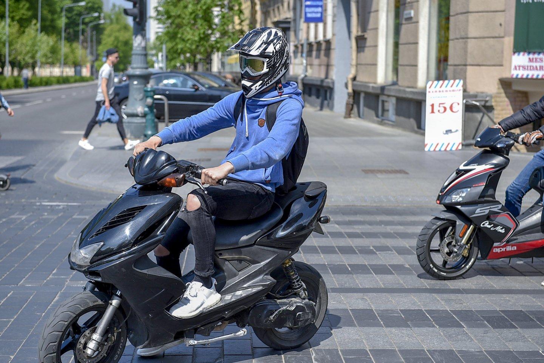 Rugpjūčio 1 d. įsigalios Seimo priimtos Saugaus eismo automobilių keliais įstatymo pataisos, kuriomis praplėsta teisė vairuoti lengvuosius motociklus.<br>V.Ščiavinsko nuotr.