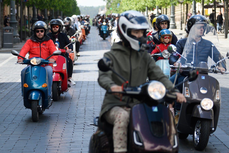 Rugpjūčio 1 d. įsigalios Seimo priimtos Saugaus eismo automobilių keliais įstatymo pataisos, kuriomis praplėsta teisė vairuoti lengvuosius motociklus.<br>V.Skaraičio nuotr.