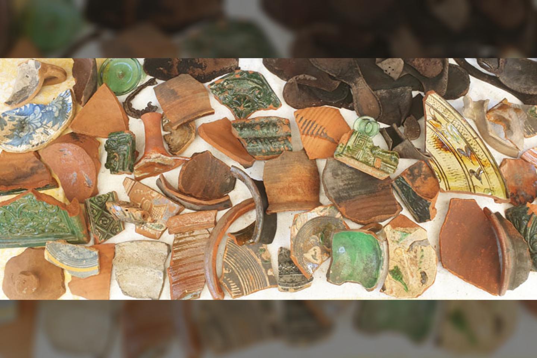 Sklype šiemet rasti šimtamečių koklių, indų fragmentai, odinių batų dalys ir kt.<br>T. Ivanausko nuotr.