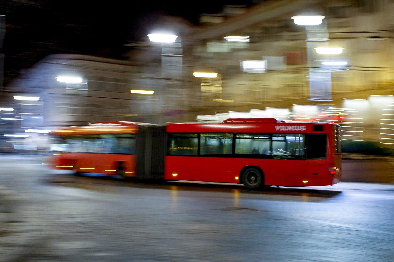 Vilniaus greitajame autobuse siautėjęs vyras sužalojo keleivį, įspyrė senjorei.<br>V.Ščiavinsko asociatyvi nuotr.