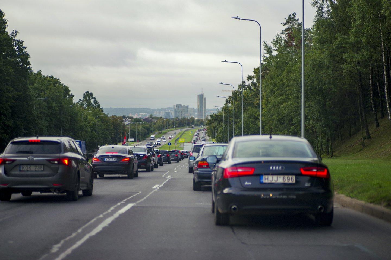 Valstybinė mokesčių inspekcija praneša, kad šią savaitę pirmosios 4,4 tūkst. įmonių per Mano VMI sulauks laiškų su prašymu užpildyti klausimyną apie turimus automobilius.<br>V.Ščiavinsko nuotr.