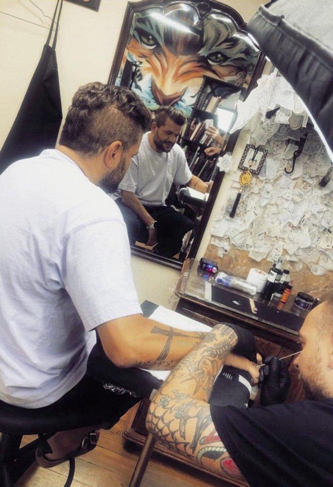 Prodiuseriai nusprendė pasidaryti žiedų tatuiruotes.<br>Asmeninio albumo nuotr.