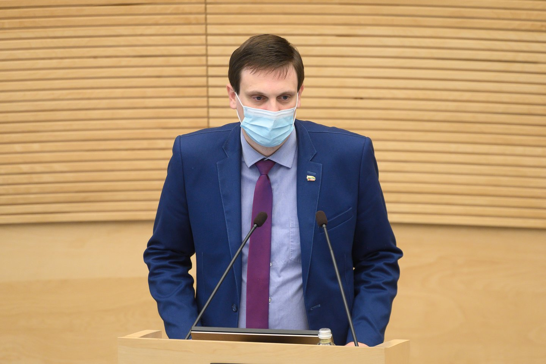 Viešas konfliktas tarp politikų kilo, kai T.Tomilinas pavasarį balsavo už įstatymo projektą, įteisinantį lyčiai neutralią partnerystę.<br>V.Skaraičio nuotr.