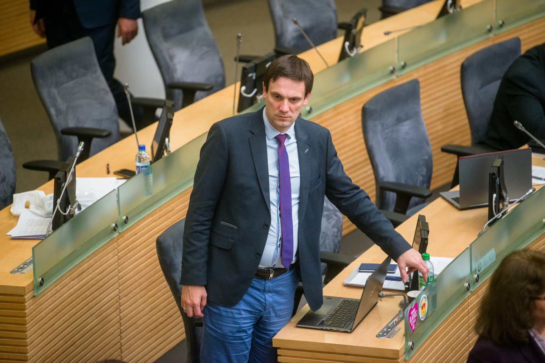 Viešas konfliktas tarp politikų kilo, kai T.Tomilinas pavasarį balsavo už įstatymo projektą, įteisinantį lyčiai neutralią partnerystę.<br>J.Stacevičiaus nuotr.