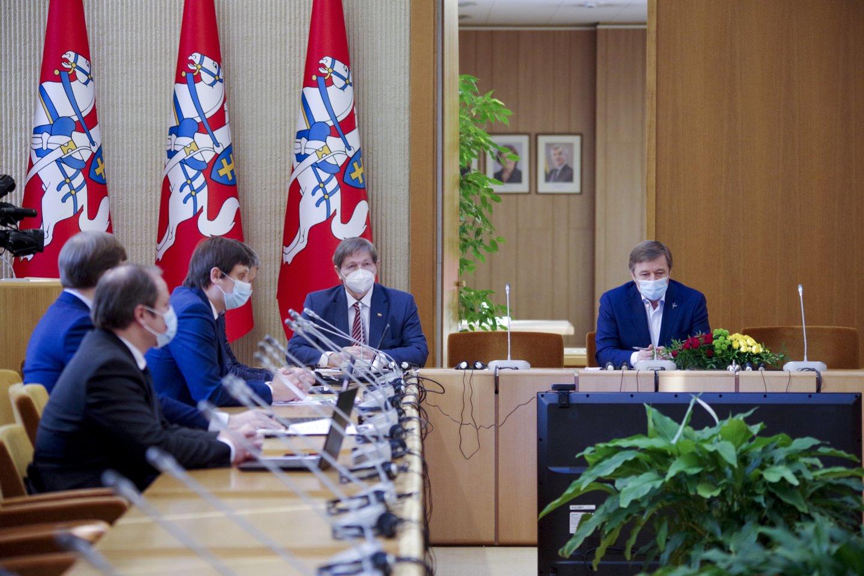 Viešas konfliktas tarp politikų kilo, kai T.Tomilinas pavasarį balsavo už įstatymo projektą, įteisinantį lyčiai neutralią partnerystę.<br>V.Ščiavinsko nuotr.