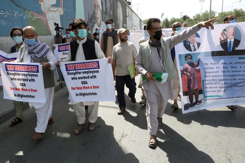 Maždaug 20 tūkst. afganistaniečių, dirbusių vertėjais amerikiečiams per JAV karą Afganistane ir dabar bijančių Talibano keršto, pateikė paraiškas dėl evakuacijos.<br>Reuters/Scanpix nuotr.