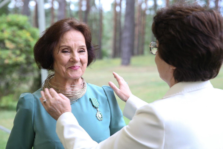 Prancūzijos ambasadorė Lietuvoje Claire Lignières-Counathe įteikia ordiną.<br>R.Danisevičiaus nuotr.