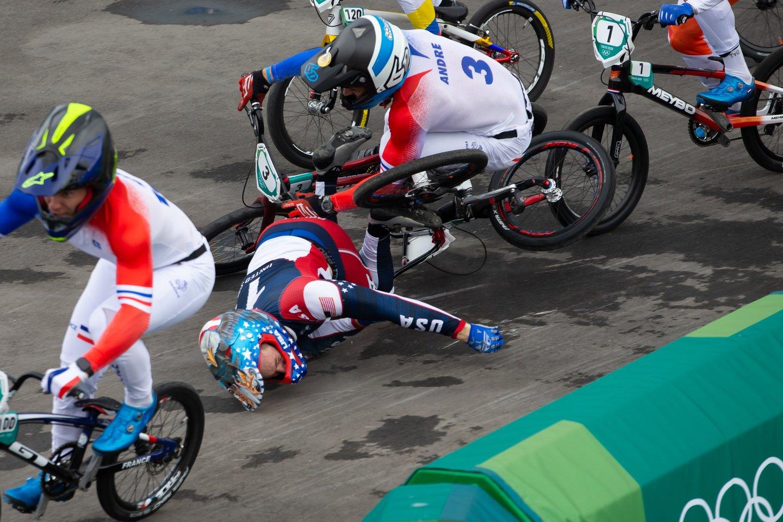 Nelaimė Tokijo žaidynėse: kraupiai dviračiu prisiplojęs amerikietis išgabentas į ligoninę.<br>Zumapress/Scanpix nuotr.