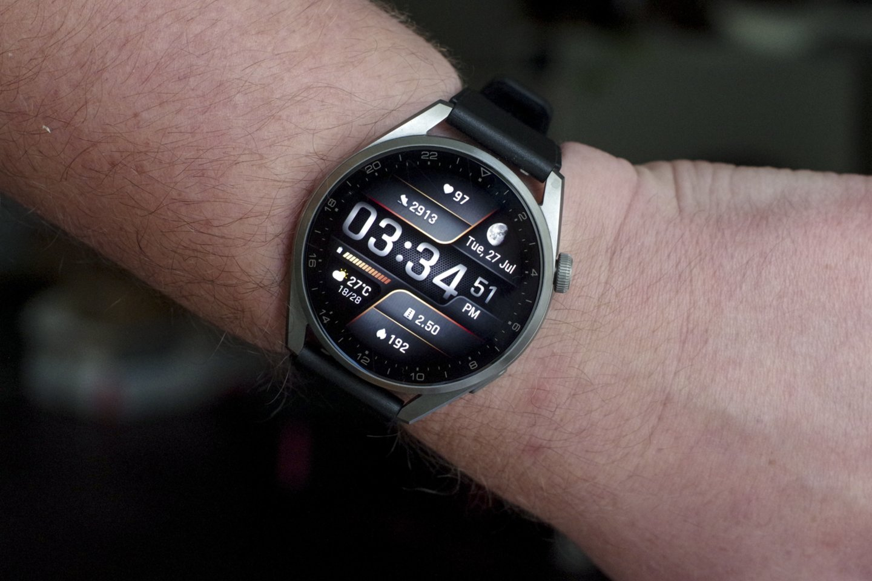 """""""Huawei Watch 3 Pro"""" turi 48x49,6x14 mm titano korpusą (prie kurio tinka 22 mm pločio dirželis), 1,43 colio (3,6 cm) įstrižainės 446x446 taškų raiškos AMOLED jutiklinį ekraną, padengtą safyro stiklu, pats korpusas sveria 54 g.<br>V. Ščiavinsko nuotr."""