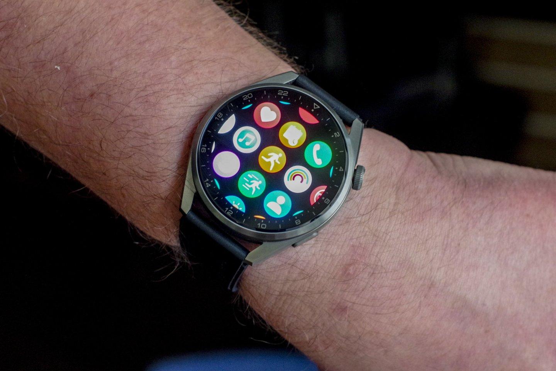 Laikrodis jau turi iš anksto instaliuotų programėlių, bed daugiau jų galima rasti ir dedikuotoje parduotuvėje.<br>V. Ščiavinsko nuotr.
