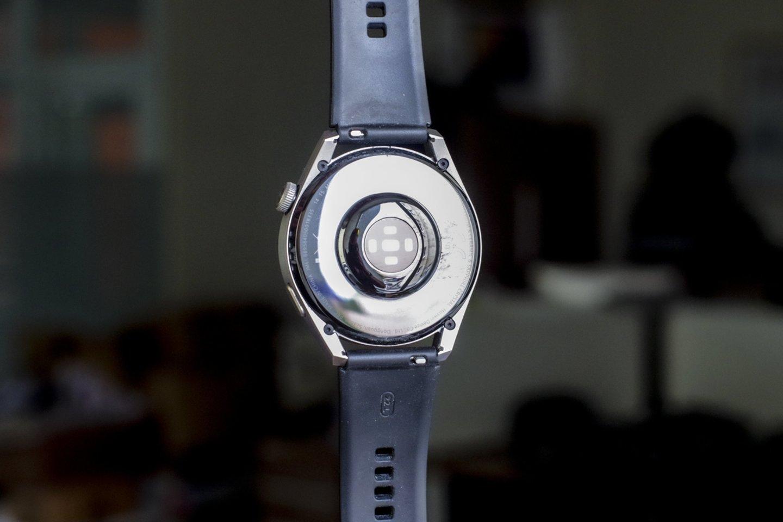 """""""Huawei Watch 3 Pro"""" nugarėlė - keraminė.<br>V. Ščiavinsko nuotr."""